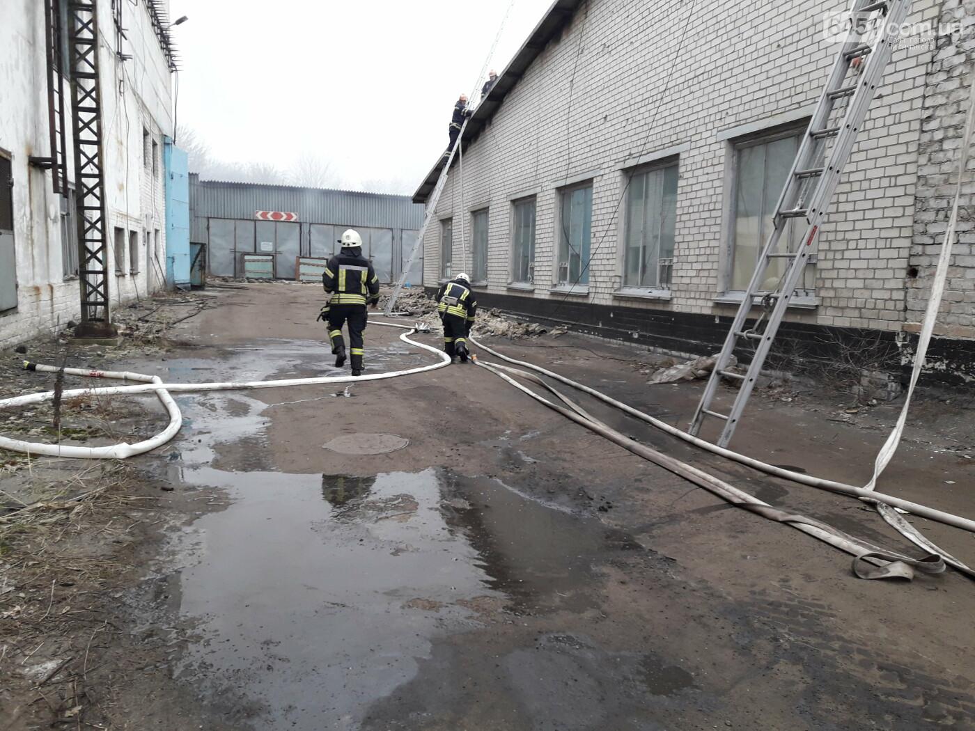 В Лисичанске горит стеклозавод «Пролетарий», фото-2