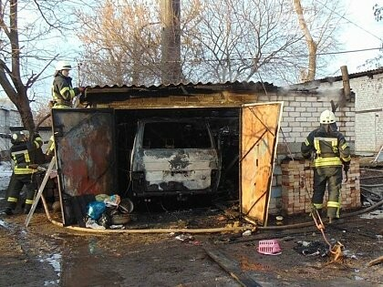 В Рубежном возник пожар в частном гараже. Сгорела иномарка (видео), фото-1