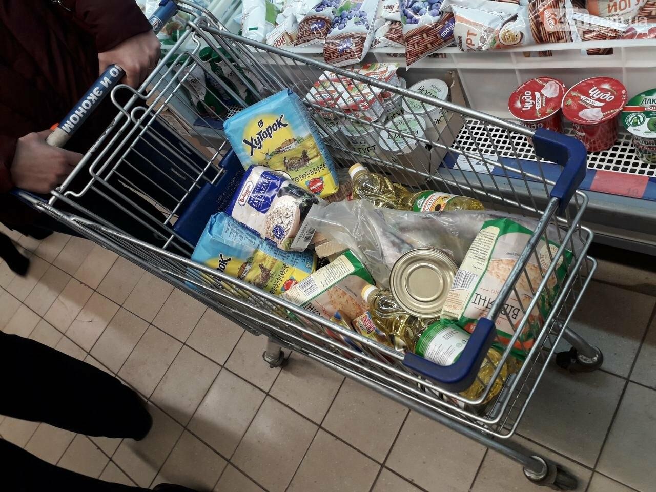 Ажиотажа нет, но продукты раскупают: что происходит в супермаркетах Лисичанска накануне карантина (фоторепортаж), фото-11
