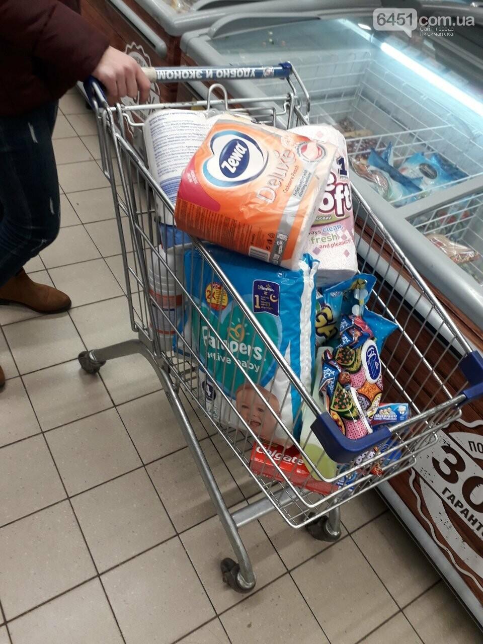 Ажиотажа нет, но продукты раскупают: что происходит в супермаркетах Лисичанска накануне карантина (фоторепортаж), фото-9