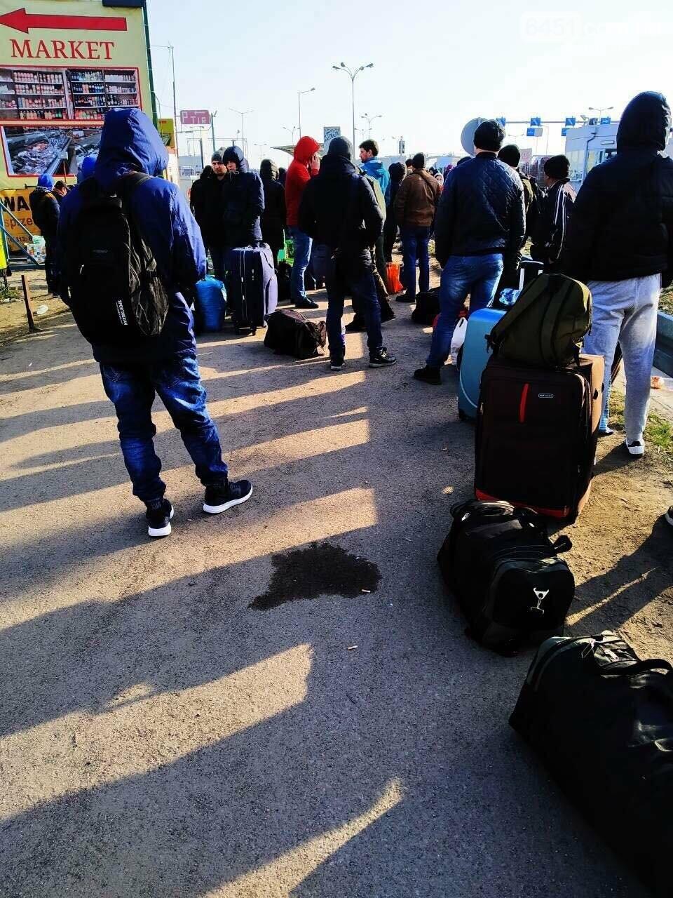 Теряют зарплаты и едут домой. Что происходит с нашими заробитчанами в Польше после продления карантина, фото-1