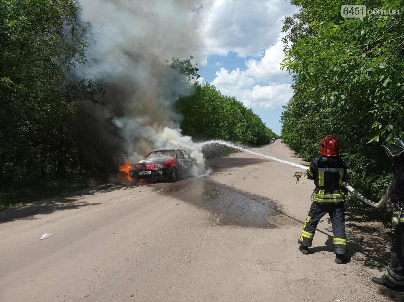 В Луганской области на дороге вспыхнул автомобиль, фото-1