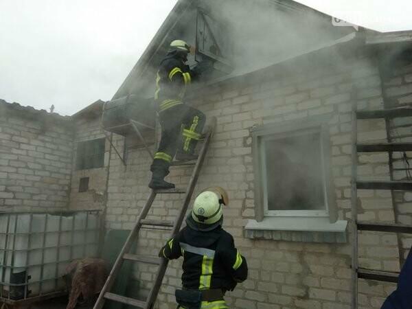 В Рубежном спасатели потушили возгорание на частном дворе, фото-1