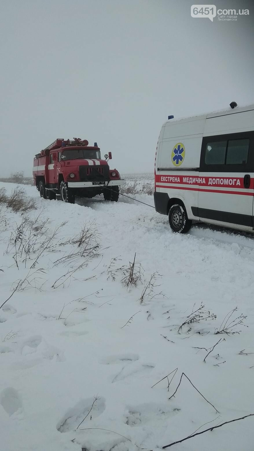 В Новоайдарском районе спасатели вытаскивали застрявшую в снегу скорую помощь, фото-1