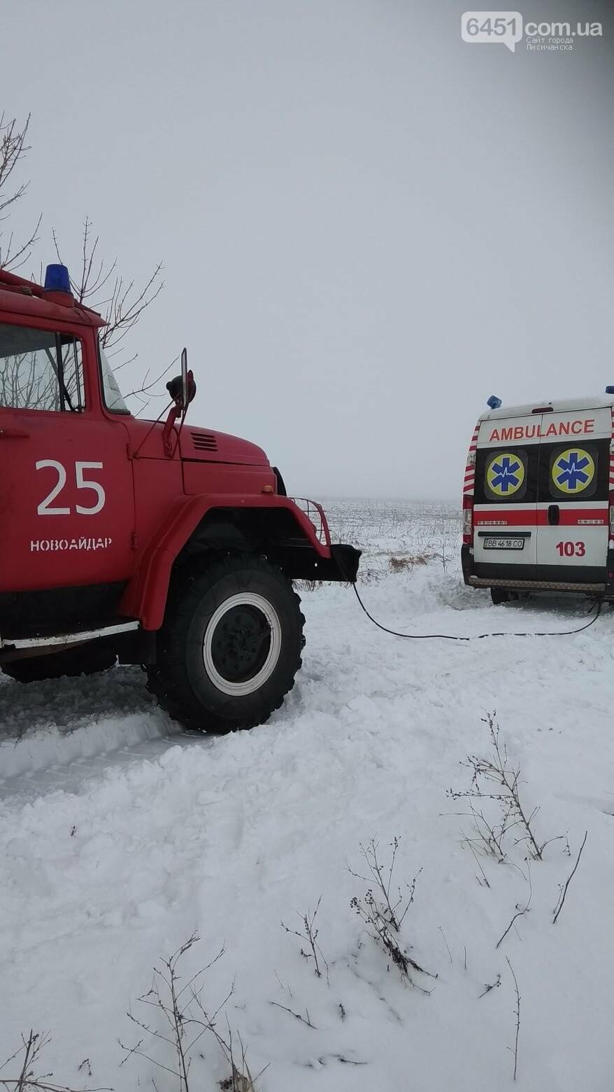 В Новоайдарском районе спасатели вытаскивали застрявшую в снегу скорую помощь, фото-2