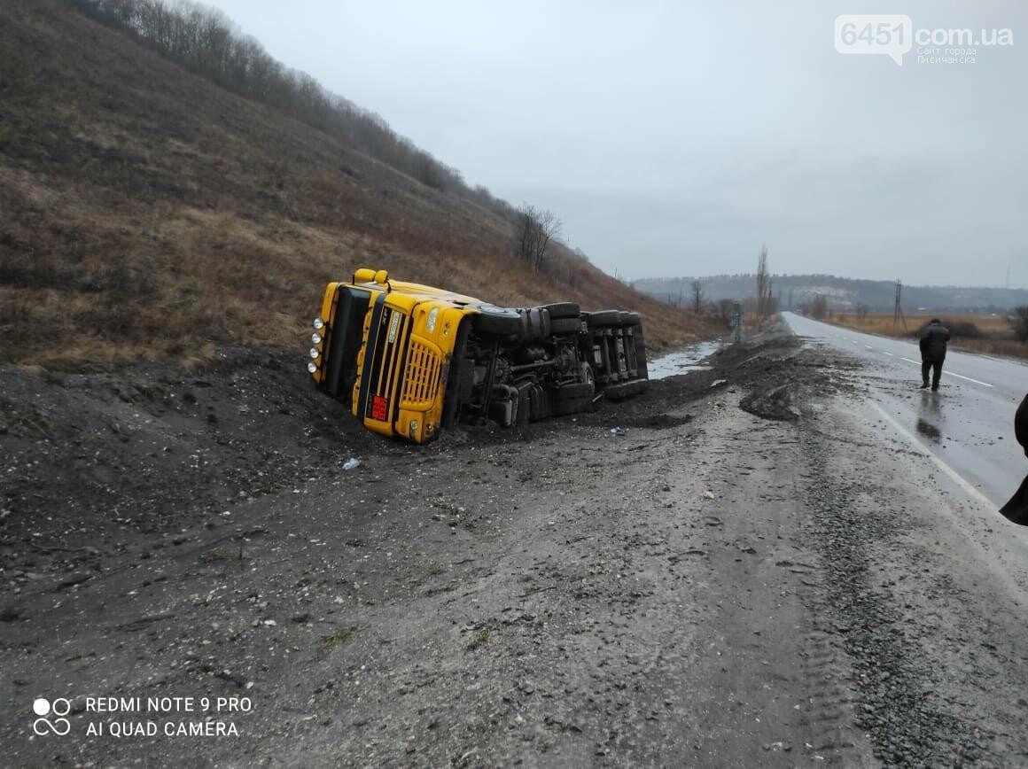 В Новоайдаре перекинулся грузовик с 26 тоннами мазута для ТЭС, фото-1, Полиция Луганской области