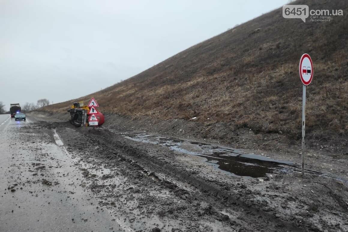 В Новоайдаре перекинулся грузовик с 26 тоннами мазута для ТЭС, фото-2, Полиция Луганской области