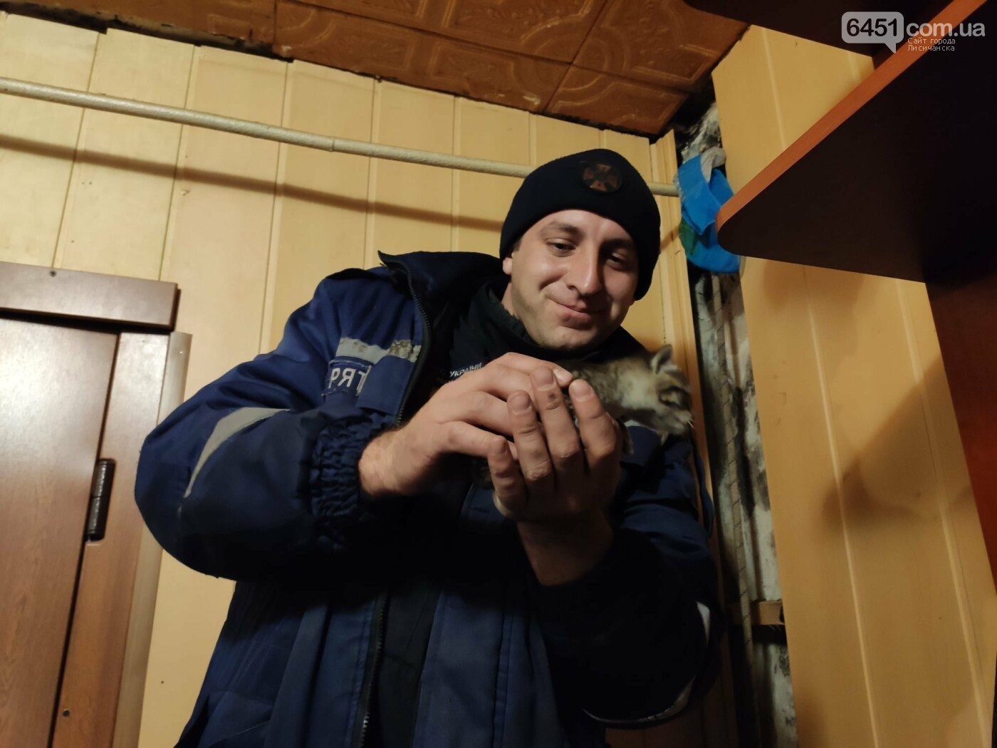 В Лисичанске спасатели помогли четырёхлапым, попавшим в беду, фото-1