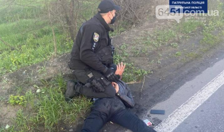 На выезде из Северодонецка полиция задержала пьяного мужчину, угрожавшего прохожим пистолетом, фото-1