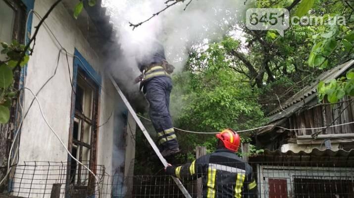 В Лисичанске по причине короткого замыкания электросети случился пожар в жилом доме, фото-1